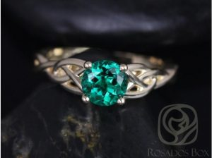 Engagement ring with a round cut green gemstone from the Rosados box exclusive designer.