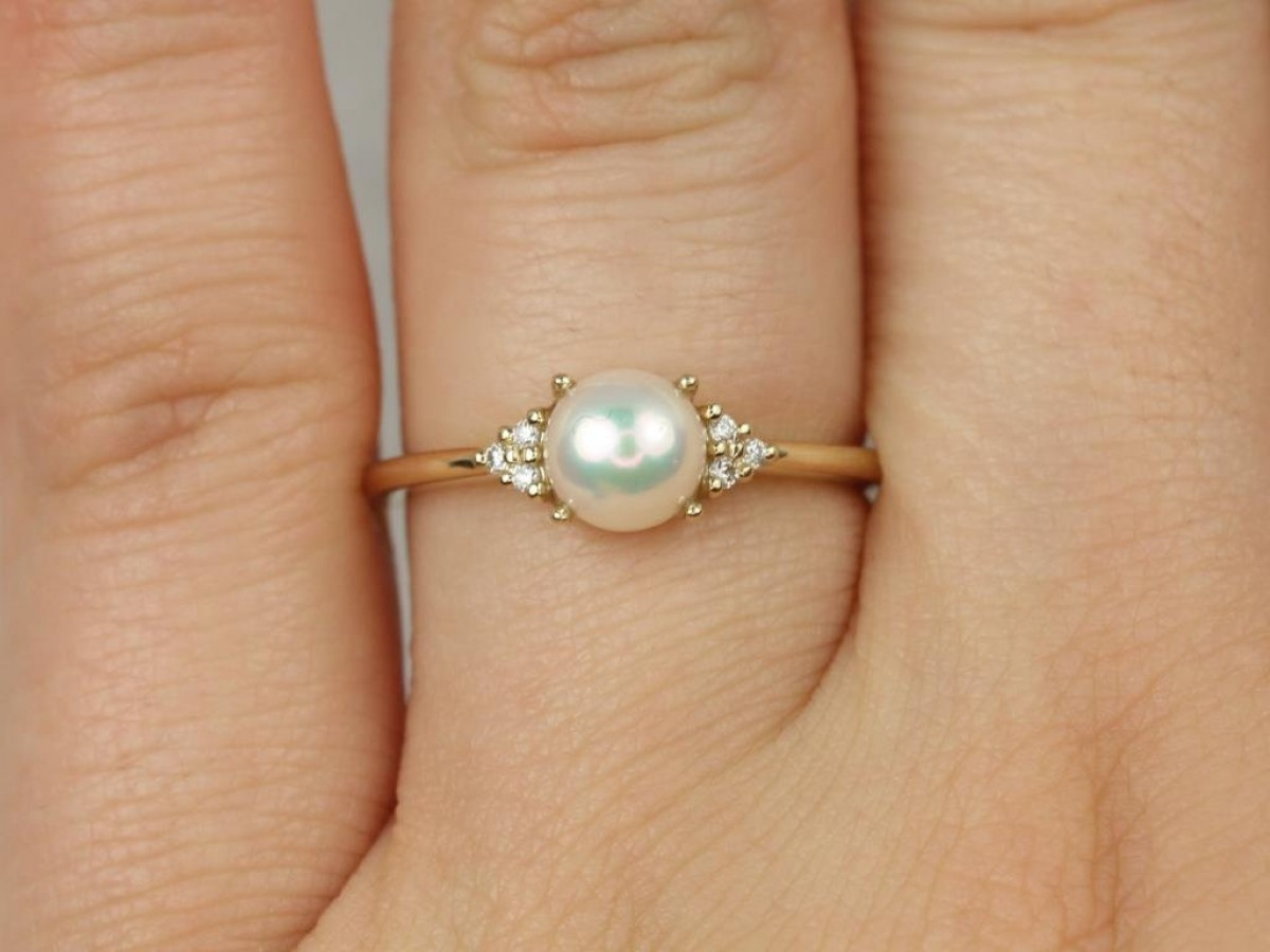3-Stone Yellow Gold Pearl Ring with Sapphires.