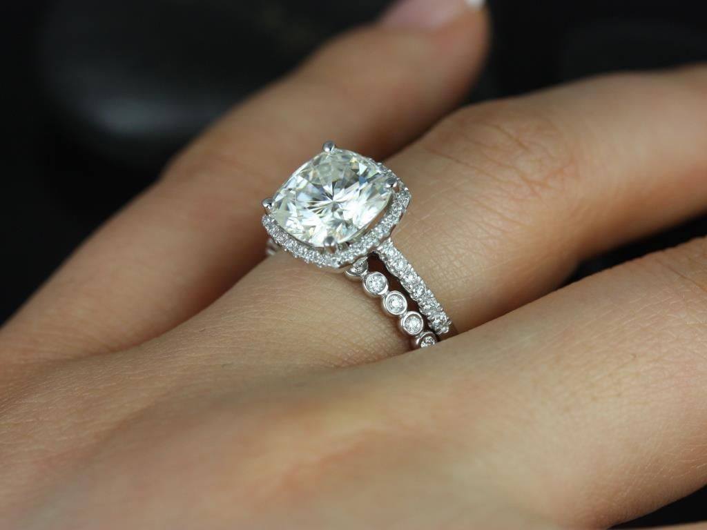 https://www.loveandpromisejewelers.com/media/catalog/product/cache/1b8ff75e92e9e3eb7d814fc024f6d8df/b/a/barra_queen_petite_bubbles_14kt_white_gold_fb_moissanite_and_diamonds_halo_wedding_set_4_.jpg