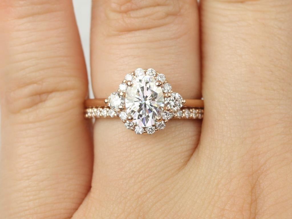https://www.loveandpromisejewelers.com/media/catalog/product/cache/1b8ff75e92e9e3eb7d814fc024f6d8df/r/o/rosados_box_britney_8x6mm_14kt_rose_gold_oval_forever_one_moissanite_and_diamonds_halo_wedding_set_5__1.jpg