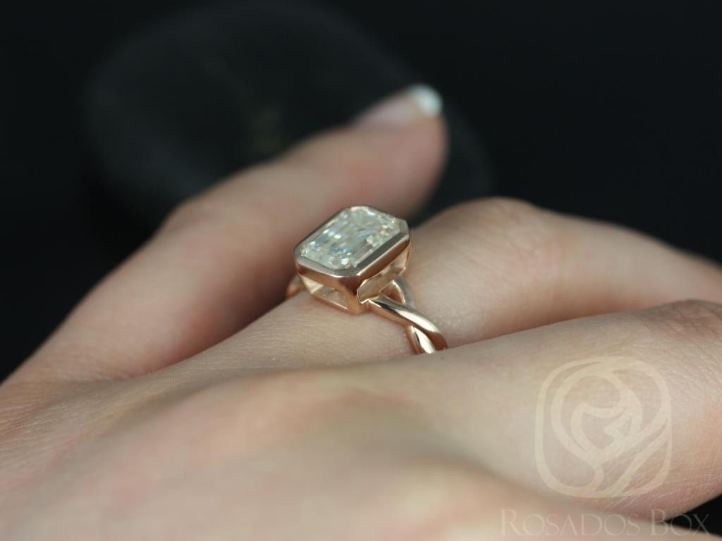 https://www.loveandpromisejewelers.com/media/catalog/product/cache/feefdef027ccf0d59dd1fef51db0610e/l/e/leslie_9x7mm_14kt_rose_gold_emerald_fb_moissanite_bezel_twist_engagement_ring5wm.jpg