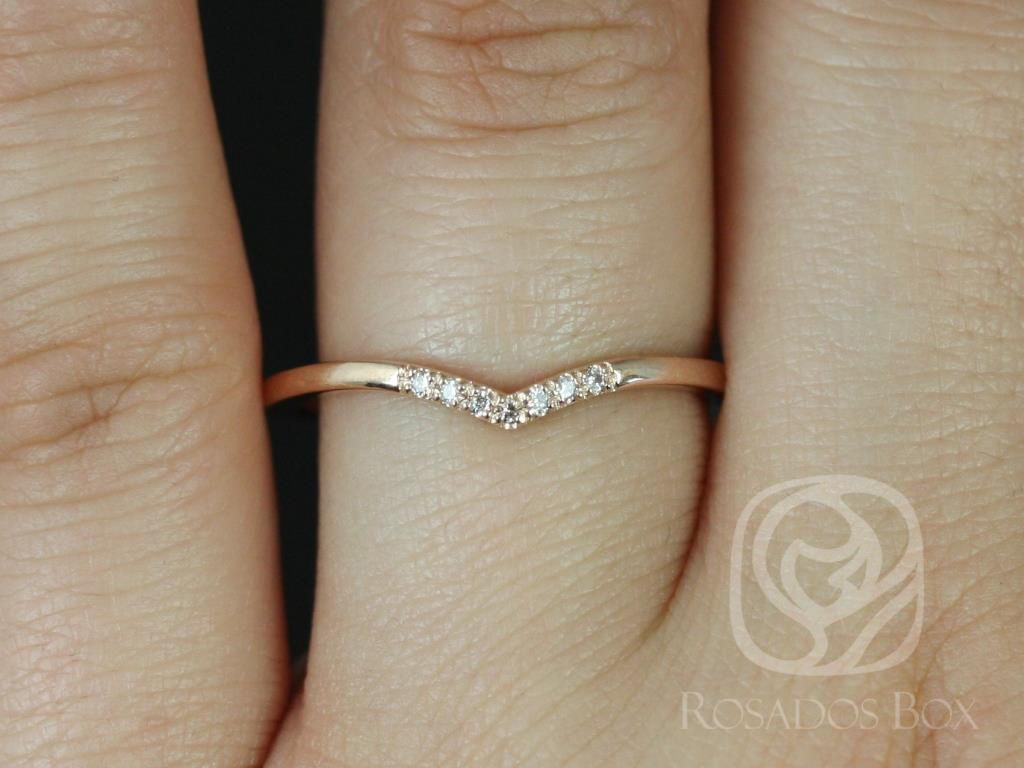 https://www.loveandpromisejewelers.com/media/catalog/product/cache/feefdef027ccf0d59dd1fef51db0610e/m/o/mo_14kt_rose_gold_chevron_style_diamond_wedding_band_4_.jpg