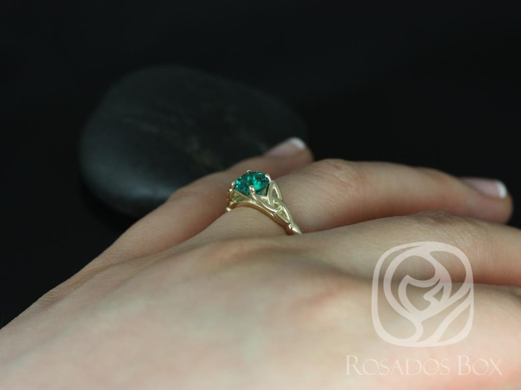 https://www.loveandpromisejewelers.com/media/catalog/product/cache/feefdef027ccf0d59dd1fef51db0610e/t/e/teagan_6mm_14kt_yellow_gold_round_emerald_celtic_knot_triquetra_engagement_ring_5.jpg